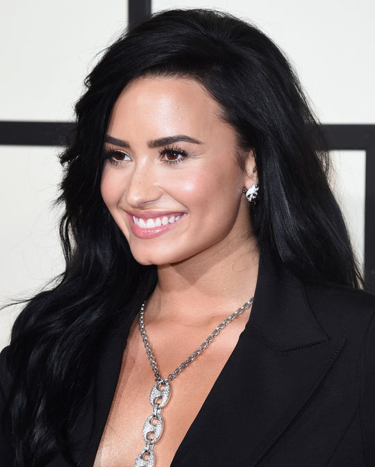 demi-lovato-grammys-2016-beauty-w540